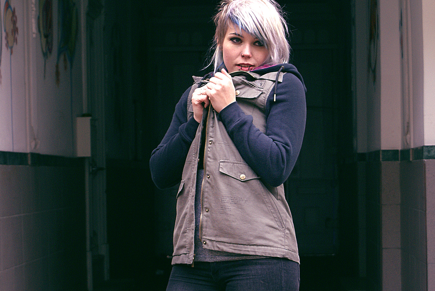 glamour kills, jenna surplus jacket, military jacket, übergangsjacke, leo, pink, unif, braille crop top, jeans, skinny jeans, h&m, moto jeans, grey hair, graue haare, weiße haare, fashion, altfashion, alternative, ootd, mode, alternativ, punk, edgy, dr martens, docs