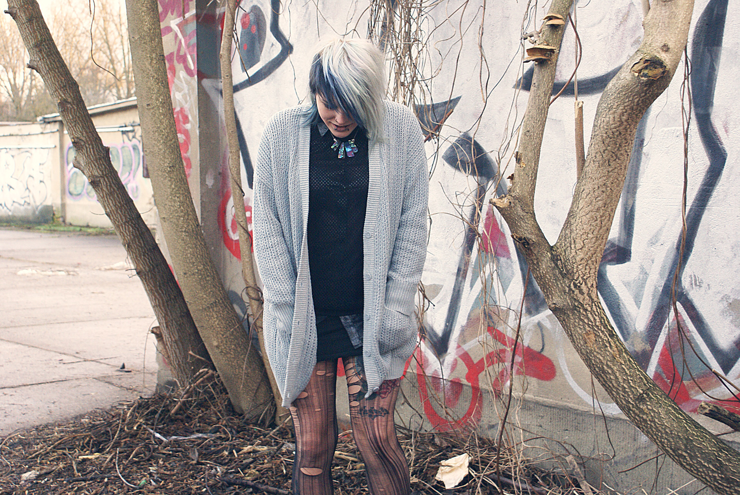 alternative altfashion outfit urban outfitters cardigan bdg netzpulli new yorker american apparel button up shirt dress tattoo cat katze strick knit punk goth gothic boots sacha street super Cult of Youth shoes glitter shimmer metallic