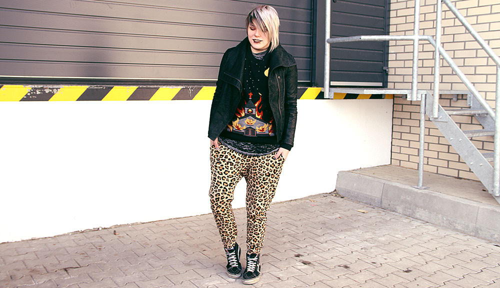leopard, leo, h&m, jogger, jogginghose, berlin, berlin fashion, berlin streetstyle, berlin fashion blogger, blogger, fashion blogger, punk, grunge, punk fashion, grunge fashion, alternative, alternative fashion, alternative girl, altgirl, snakebites, girls with piercings, scenehair, greyhair, graue haare, salem, limecrime, killstar, vans, sk8 hi, sneakers, burned our, ausbrennmuster, ausbrenn, lederjacke, vegane lederjacke, kusntleder, venus, burning chruch, killstar, sweater, strick, herbst