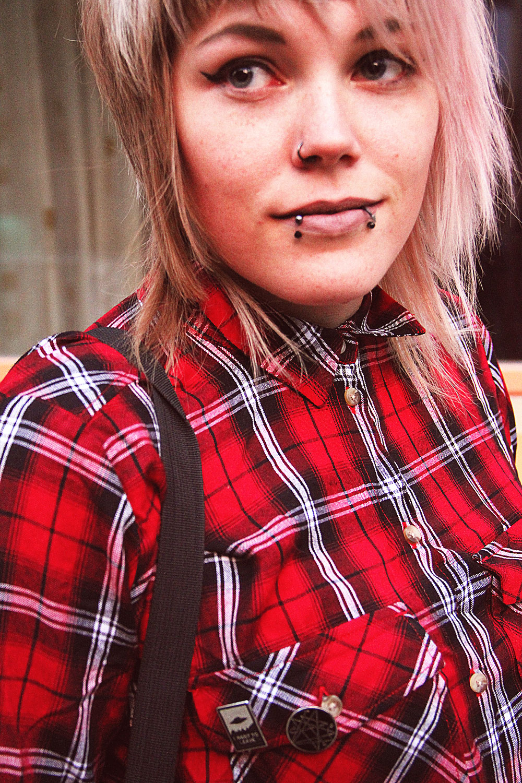 karohemd, karo, kariert, bluse, karobluse, berlin, berlin fashion, berlin streetstyle, berlin fashion blogger, blogger, fashion blogger, punk, grunge, punk fashion, grunge fashion, alternative, alternative fashion, alternative girl, altgirl, snakebites, girls with piercings, scenehair, rosa haare, pink hair, killstar, even & odd, cat, katzen, yin yang, cat bag, new look, sandalen, plateau, silber, disturbia, h&m