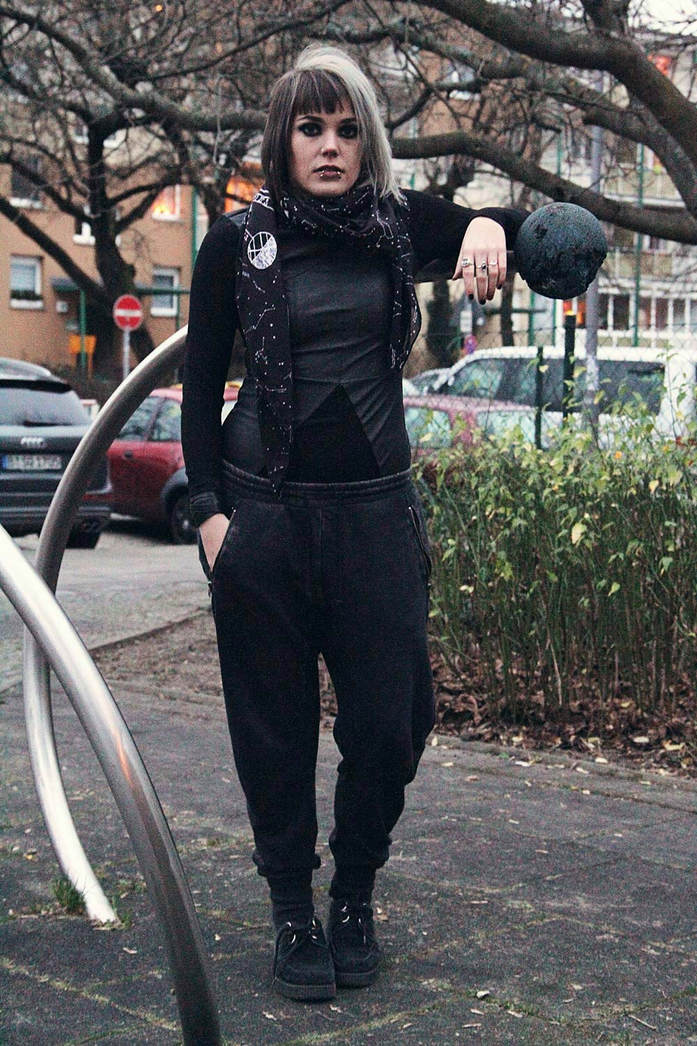 jog pants, jogginghose, tag der jogginghose, jogginghosentag, h&m, used, kunstleder, vegan leather, kleid, schal, creepers, underground, sterne, milchstraße, sternenkarte, piercings, gold, grey hair, graue haare, berlin, berlin fashion, berlin streetstyle, berlin fashion blogger, blogger, fashion blogger, punk, grunge, punk fashion, grunge fashion, alternative, alternative fashion, alternative girl, altgirl, snakebites, girls with piercings, scenehair