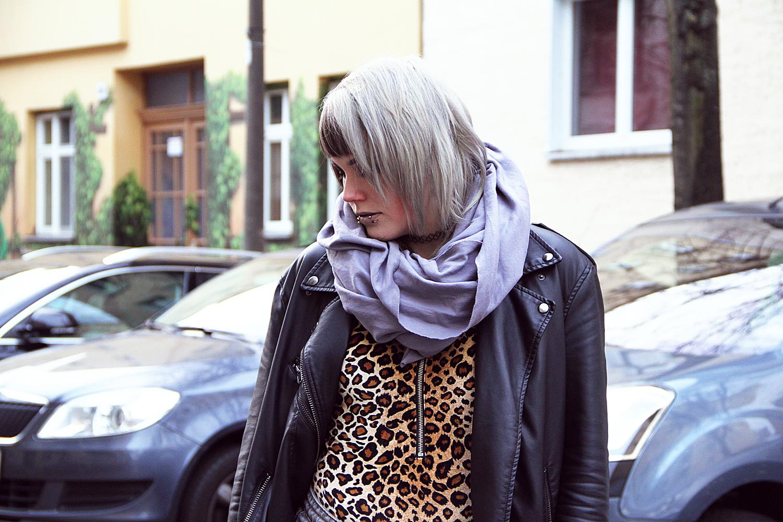 berlin, berlin fashion, berlin streetstyle, berlin fashion blogger, blogger, fashion blogger, punk, grunge, punk fashion, grunge fashion, alternative, alternative fashion, alternative girl, altgirl, snakebites, girls with piercings, scenehair, h&m, shorts, ripped, used, ripped jeans, usedlook, overknee, strumpfhose, leo, leopard, girlswithtattoos, tattoo, sneakers, twotone, splithair, black milk, black milk clothing, peggy bundy, samt, velvet, zip suit, body, american apparel, circle scarf, slate grey, slate, leather jacket, vegan leather jacket, lederjacke, kunstleder, kunstlederjacke, oversized, oversized jacke, animal print, mode, alternative mode, plateau, plateau sneaker