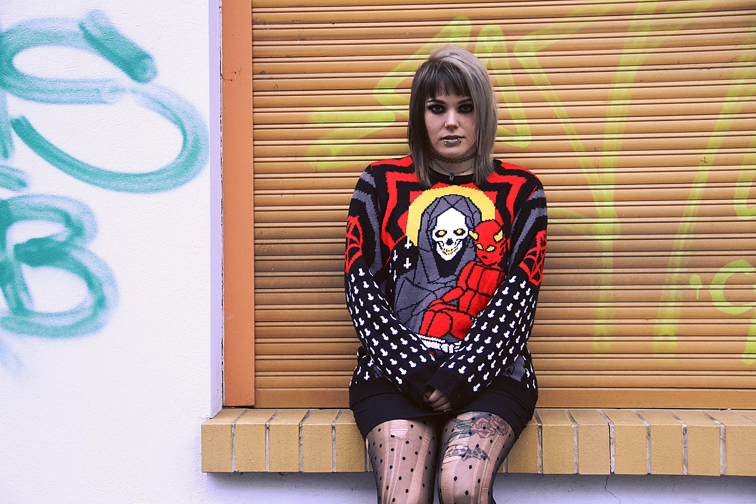 berlin, berlin fashion, berlin streetstyle, berlin fashion blogger, blogger, fashion blogger, punk, grunge, punk fashion, grunge fashion, alternative, alternative fashion, alternative girl, altgirl, snakebites, girls with piercings, scenehair, mode, alternative mode, punk mode, grunge mode, split hair, splithair, girls with tattoos, tattoomädchen, tattoomodel, killstar, saviour, hexmas, strick, knit, punkte, strumpfhose, ripped, used, usedlook, zerrissene strumpfhose, primark, unif, trench boot, plateau, plateau boots, boots, combat boots, crystal, kristall, kreuz, cross, tattoos, pentagram, satan, skull, occult, tattooband