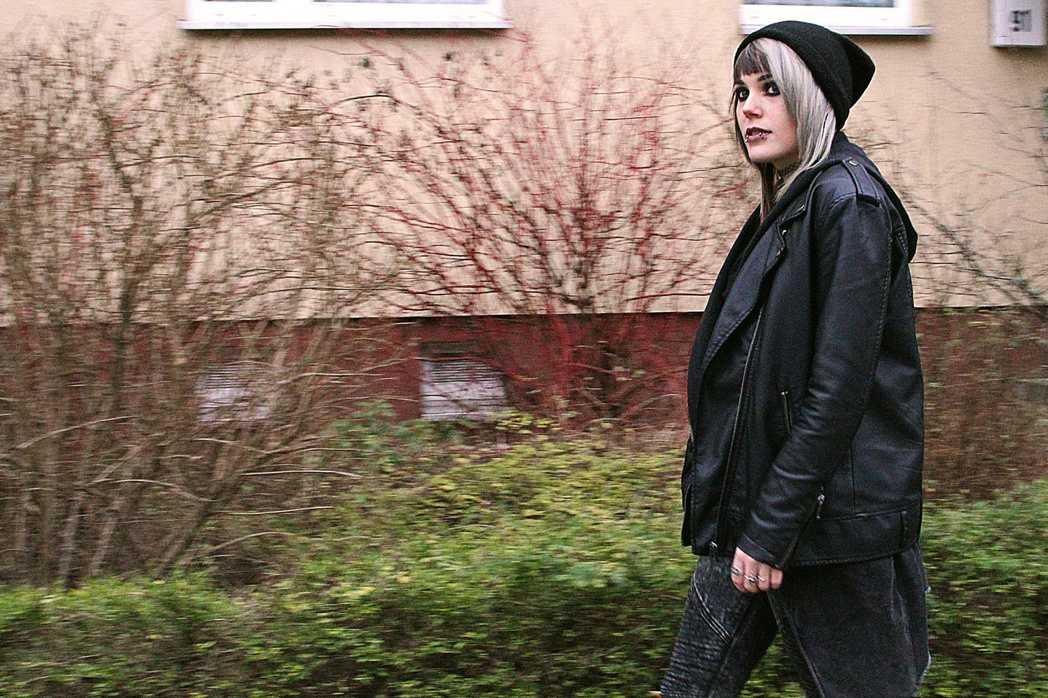 berlin, berlin fashion, berlin streetstyle, berlin fashion blogger, blogger, fashion blogger, punk, grunge, punk fashion, grunge fashion, alternative, alternative fashion, alternative girl, altgirl, snakebites, girls with piercings, scenehair, mode, alternative mode, punk mode, grunge mode, split hair, splithair, girls with tattoos, tattoomädchen, tattoomodel, beanie, knit, strick, kristall, crystal, neacklace, kette, tattoo halsband, tattoo band, la splash latte confession, unif, trench boot, plateau, plateau boots, comat boots, leder, kunstleder, lederjacke, kunstlederjacke, leatherjacket, vegan leather, vegan leather jacket, h&m, shirt, all black, simple, minimal look, , jeans, moto jeans, acid wash, acid, waschung, oversized, oversized jacke,