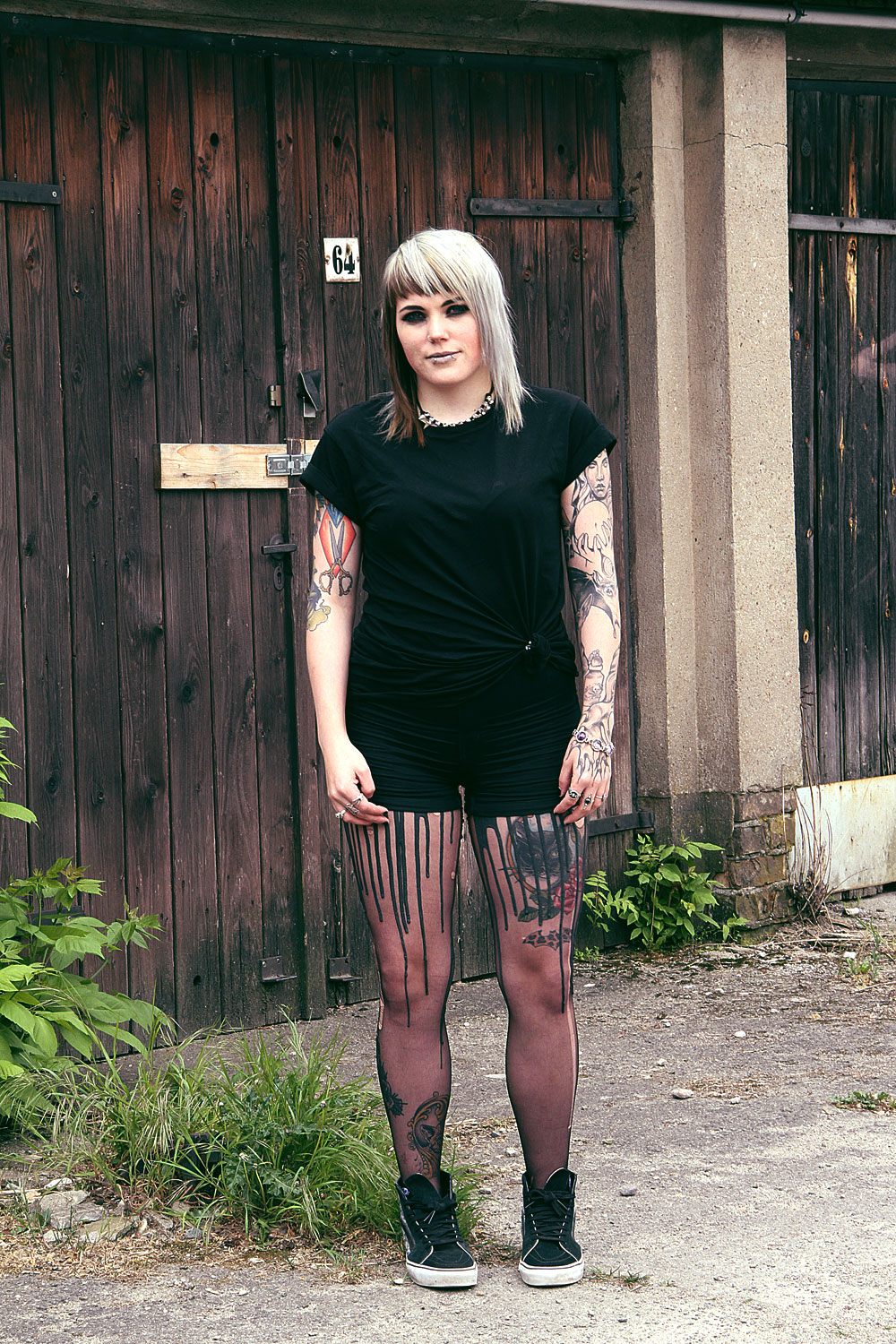 berlin, berlin fashion, berlin streetstyle, berlin fashion blogger, blogger, fashion blogger, punk, grunge, punk fashion, grunge fashion, alternative, alternative fashion, alternative girl, altgirl, snakebites, girls with piercings, scenehair, mode, alternative mode, punk mode, grunge mode, split hair, splithair, girls with tattoos, tattoomädchen, tattoomodel, berlin mode, alternative mode, punkmädchen, punkgirl, graue haare, grey hair, all black, schwarz, higwaist, h&m, highwaist shorts, summer, sommer, vans, mond, moon, sk8hi, hitops, tshirt, geknotetes shirt, knotted shirt, tunnel, 12mm, plug, plugsm, mandala, mandala plug, crazyfactory, crazy factory, urb, melting tights, latex, fun, danze, tanzen, spaß,urb clothing