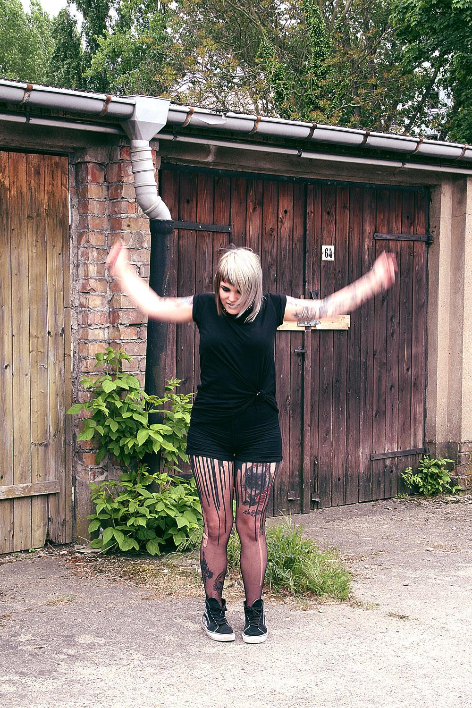 berlin, berlin fashion, berlin streetstyle, berlin fashion blogger, blogger, fashion blogger, punk, grunge, punk fashion, grunge fashion, alternative, alternative fashion, alternative girl, altgirl, snakebites, girls with piercings, scenehair, mode, alternative mode, punk mode, grunge mode, split hair, splithair, girls with tattoos, tattoomädchen, tattoomodel, berlin mode, alternative mode, punkmädchen, punkgirl, graue haare, grey hair, all black, schwarz, higwaist, h&m, highwaist shorts, summer, sommer, vans, mond, moon, sk8hi, hitops, tshirt, geknotetes shirt, knotted shirt, tunnel, 12mm, plug, plugsm, mandala, mandala plug, crazyfactory, crazy factory, urb, melting tights, latex, fun, danze, tanzen, spaß,urb clothing