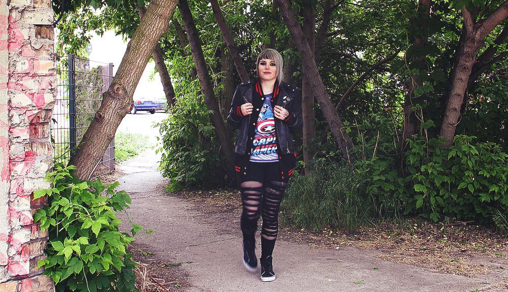 alternative, alternative fashion, alternative girl, alternative mode, altgirl, berlin, berlin fashion, berlin fashion blogger, berlin mode, berlin streetstyle, blogger, fashion blogger, girls with piercings, girls with tattoos, grunge, grunge fashion, grunge mode, mode, Punk, punk fashion, punk mode, punkgirl, punkmädchen, scenehair, snakebites, split hair, splithair, tattoomädchen, tattoomodel, graue haare, grey hair, avengers, fandom, merchandise, merch, captain america, marvel, cap, college, collegejacke, collegestyle, tripp tripp nyc, ripped jeans, usedlook, destroyed, vans, mond, sk8hi, trash punk, lederjacke, echtleder, Kinooutfit, leo, leopard, zerrissen, geschlitzt, druzy dreams, ringe, killstar, empty casket, regalrose