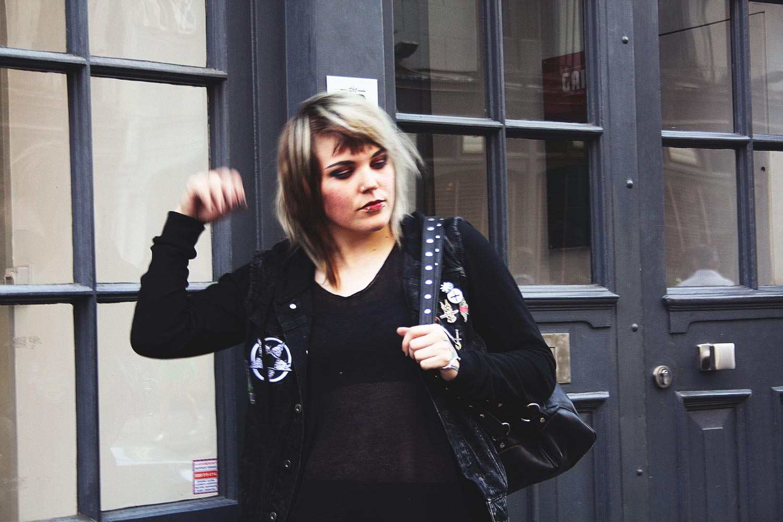 London, leo, leopardenmuster, animal print, disturbia, rucksack, H&M, jeansjacke, pins, pin game, latex , leggings, latex leggings, vans, mind, moon, transparent, alternative, alternative fashion, alternative girl, alternative mode, altgirl, berlin, berlin fashion, berlin fashion blogger, berlin mode, berlin streetstyle, blogger, fashion blogger, girls with piercings, girls with tattoos, grunge, grunge fashion, grunge mode, mode, Punk, punk fashion, punk mode, punkgirl, punkmädchen, scenehair, snakebites, split hair, splithair, tattoomädchen, tattoo model, patches, nina hastens, chris silver, buttons, bruised ego, wir sind die toten, aft, killstar, alien cat, robert smith