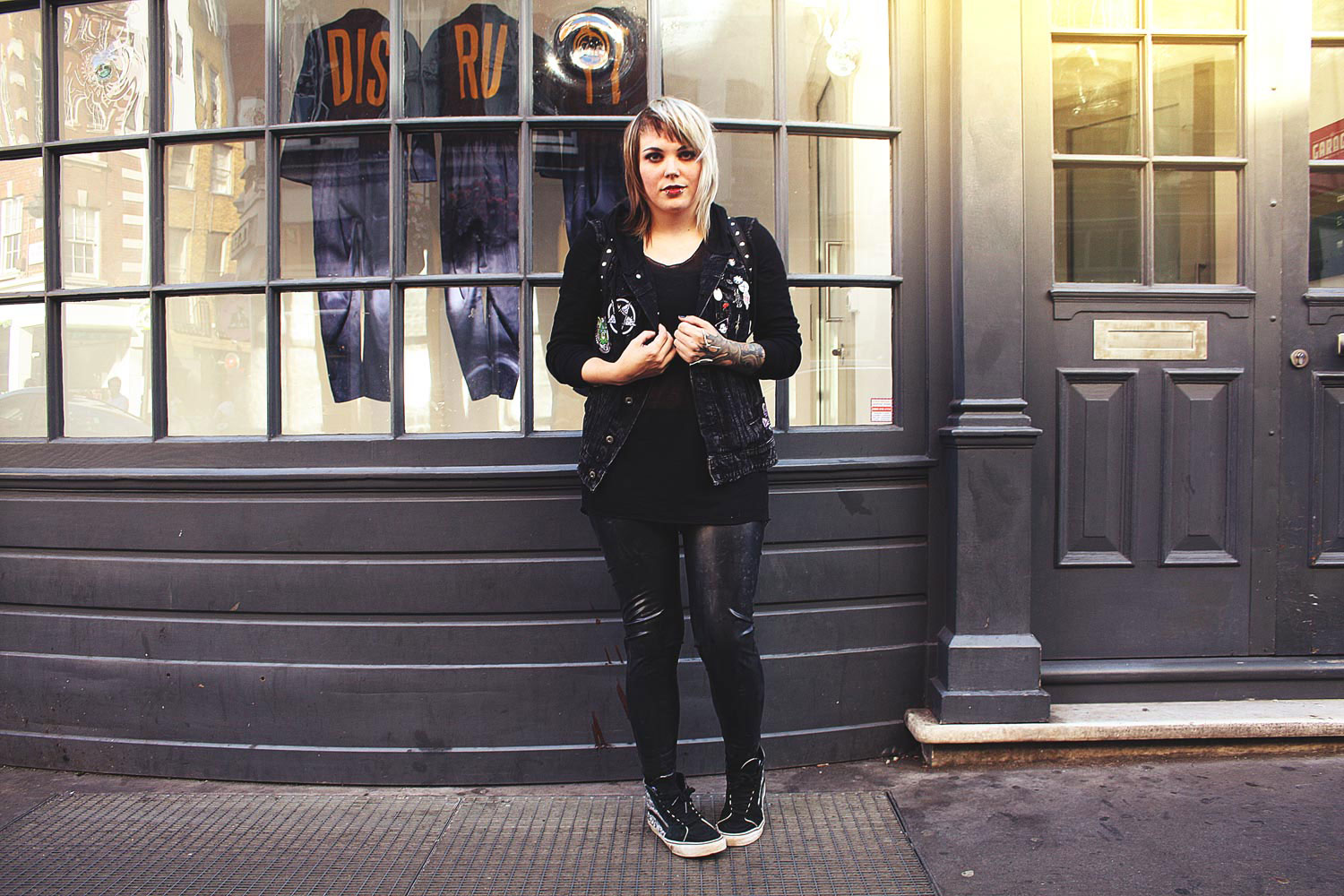 London, leo, leopardenmuster, animal print, disturbia, rucksack, H&M, jeansjacke, pins, pin game, latex , leggings, latex leggings, vans, mind, moon, transparent, alternative, alternative fashion, alternative girl, alternative mode, altgirl, berlin, berlin fashion, berlin fashion blogger, berlin mode, berlin streetstyle, blogger, fashion blogger, girls with piercings, girls with tattoos, grunge, grunge fashion, grunge mode, mode, Punk, punk fashion, punk mode, punkgirl, punkmädchen, scenehair, snakebites, split hair, splithair, tattoomädchen, tattoo model, patches, nina hastens, chris silver, buttons, bruised ego, wir sind die toten, aft, killstar, alien cat, robert smith