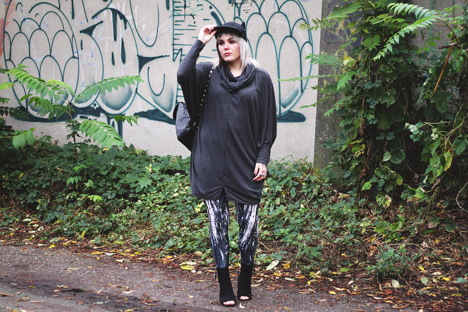 kawaii, berlin, berlin fashion, berlin streetstyle, berlin fashion blogger, blogger, fashion blogger, punk, grunge, punk fashion, grunge fashion, alternative, alternative fashion, alternative girl, altgirl, snakebites, girls with piercings, scenehair, mode, alternative mode, punk mode, grunge mode, split hair, splithair, girls with tattoos, tattoomädchen, tattoomodel, berlin mode, alternative mode, punkmädchen, punk girl, miau, katze, cat hat, cap, black milk, black milk clothing, cyber, robo, rooter, robot, steam punk, asos, heels, blockabsatz, peeptoes, mnml, strick, pulli, oversized, disturbia, dollskill, usa, metal backpack, rucksack
