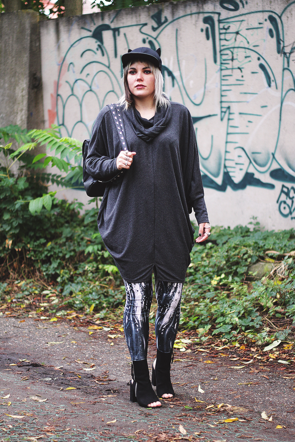 kawaii, berlin, berlin fashion, berlin streetstyle, berlin fashion blogger, blogger, fashion blogger, punk, grunge, punk fashion, grunge fashion, alternative, alternative fashion, alternative girl, altgirl, snakebites, girls with piercings, scenehair, mode, alternative mode, punk mode, grunge mode, split hair, splithair, girls with tattoos, tattoomädchen, tattoomodel, berlin mode, alternative mode, punkmädchen, punk girl, miau, katze, cat hat, cap, black milk, black milk clothing, cyber, robo, roboter, robot, steam punk, asos, heels, blockabsatz, peeptoes, mnml, strick, pulli, oversized, disturbia, dollskill, usa, metal backpack, rucksack