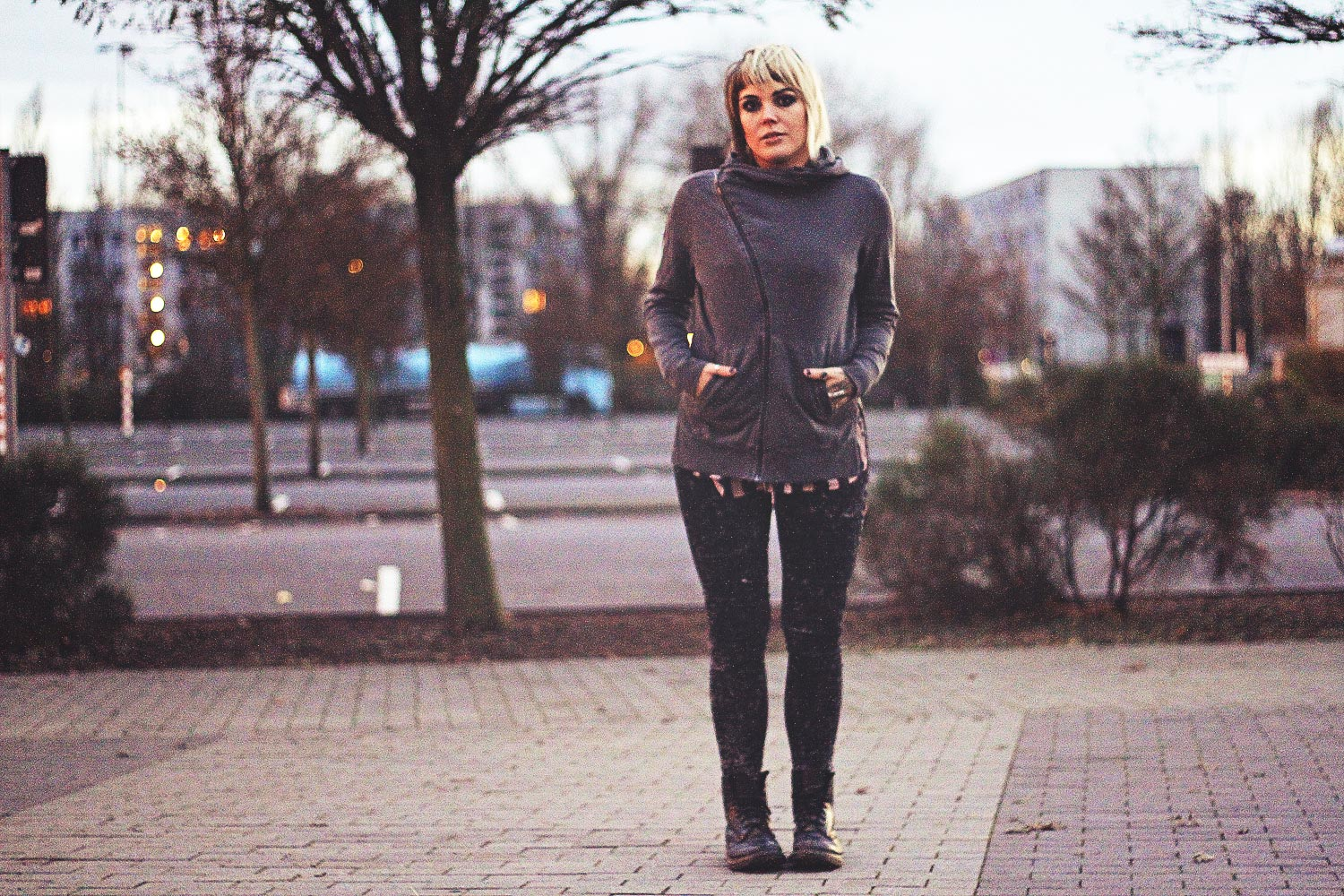 alternative, alternative fashion, alternative girl, alternative mode, altgirl, berlin, berlin fashion, berlin fashion blogger, berlin mode, berlin streetstyle, blogger, fashion blogger, girls with piercings, girls with tattoos, grunge, grunge fashion, grunge mode, mode, Punk, punk fashion, punk mode, punkgirl, punkmädchen, scenehair, snakebites, split hair, splithair, tattoomädchen, tattoo model, h&m, streifen, divided, grey, used, used look, rpped, acid wash, jeans, skinny, skinny jeans, boots, new yorker, dämmerung, parkplatz, bokeh, portrait doc martens, docs, wasserfallkragen, kapuze