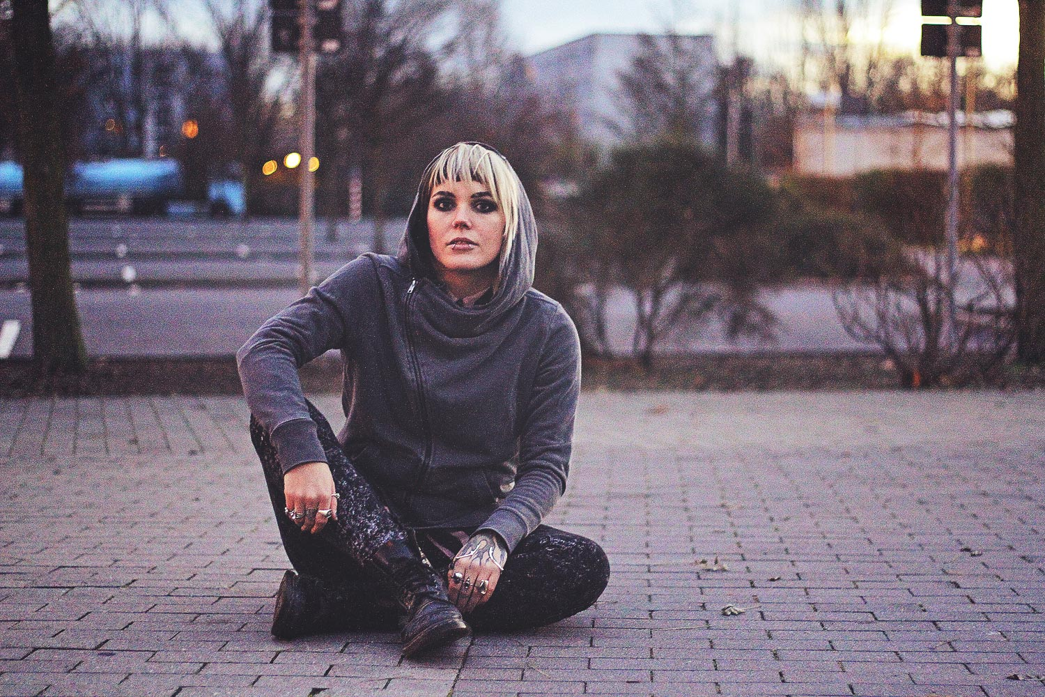 alternative, alternative fashion, alternative girl, alternative mode, altgirl, berlin, berlin fashion, berlin fashion blogger, berlin mode, berlin streetstyle, blogger, fashion blogger, girls with piercings, girls with tattoos, grunge, grunge fashion, grunge mode, mode, Punk, punk fashion, punk mode, punkgirl, punkmädchen, scenehair, snakebites, split hair, splithair, tattoomädchen, tattoo model, h&m, streifen, divided, grey, used, used look, rpped, acid wash, jeans, skinny, skinny jeans, boots, new yorker, dämmerung, parkplatz, bokeh, portrait, longbluse, bluse, long top, longshirt doc martens, docs, wasserfallkragen, kapuze