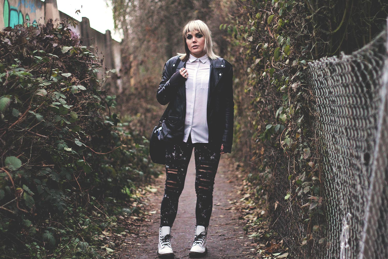 alternative, alternative fashion, alternative girl, alternative mode, altgirl, berlin, berlin fashion, berlin fashion blogger, berlin mode, berlin streetstyle, blogger, fashion blogger, girls with piercings, girls with tattoos, grunge, grunge fashion, grunge mode, mode, Punk, punk fashion, punk mode, punkgirl, punkmädchen, scenehair, snakebites, split hair, splithair, tattoomädchen, tattoomodel, silber, docs, doc martens, weiß, schwarz, black and white, tripp, tripp nye, killstar, katzen, yin yang, kaputte jeans, destroyed jets, destroyed denim, used, lederjacke, kunstleder, taste, riot girl, mind, bluse, office punk