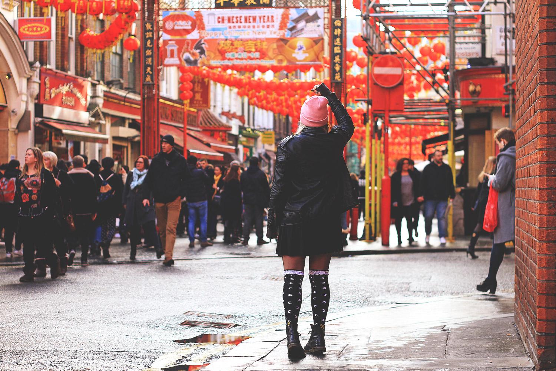alternative, alternative fashion, alternative girl, alternative mode, altgirl, berlin, berlin fashion, berlin fashion blogger, berlin mode, berlin streetstyle, blogger, fashion blogger, girls with piercings, girls with tattoos, grunge, grunge fashion, grunge mode, mode, Punk, punk fashion, punk mode, punkgirl, punkmädchen, scenehair, snakebites, split hair, splithair, tattoomädchen, tattoo model, London, tourist, tourismus, england, großbrittannien, city trip, hauptstadt, städtereise, chinatown, china, chinesisches neujahr, loll, lOll3, redbubble, chiffon, lederjacke, rollkragen, american apparel, overknees, killstar, mind, rock, pony people, beanie, pink, rosa, asiatisch, asien, laternen, laternenfest, docs, doc martens, high waist