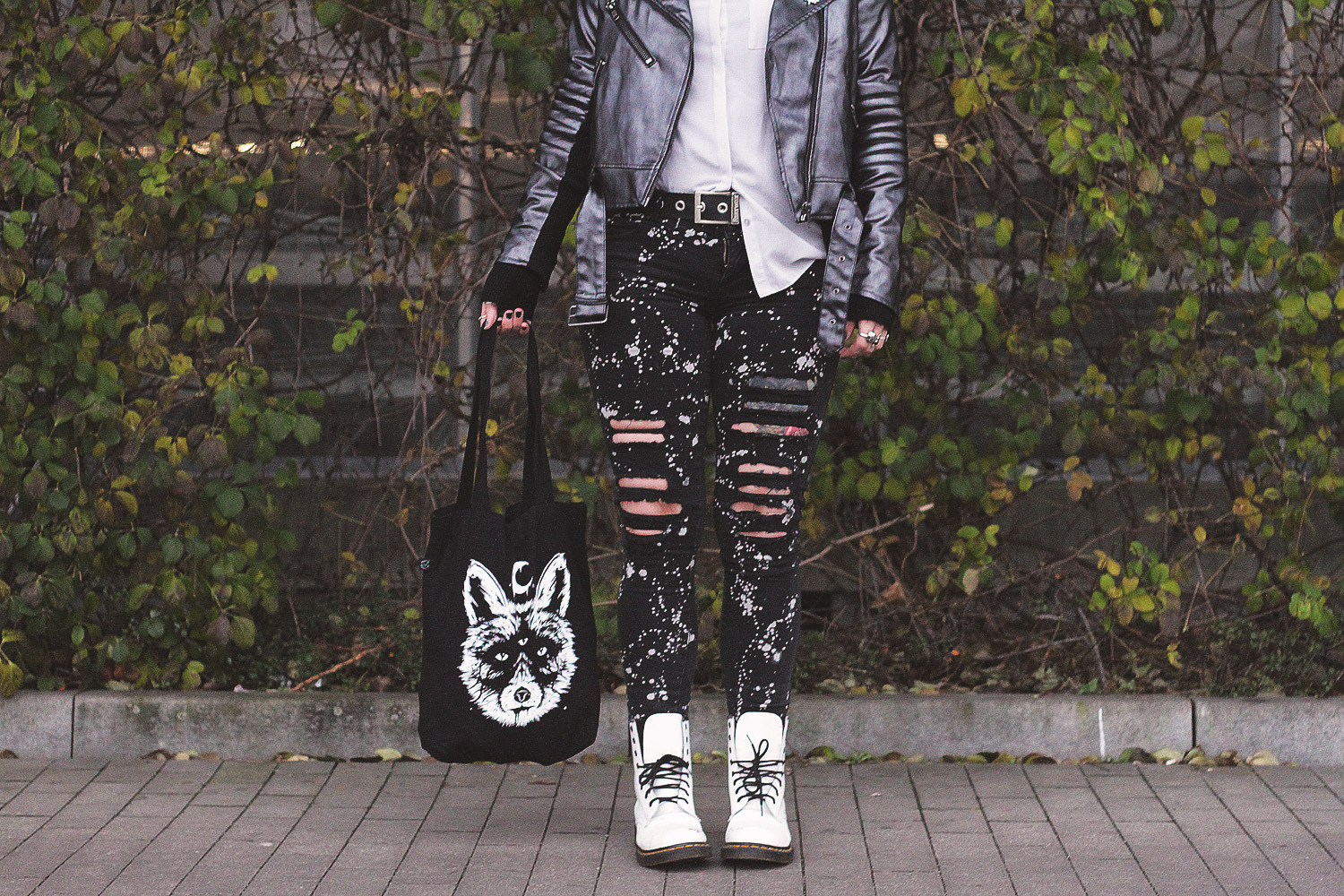 alternative, alternative fashion, alternative girl, alternative mode, altgirl, berlin, berlin fashion, berlin fashion blogger, berlin mode, berlin streetstyle, blogger, fashion blogger, girls with piercings, girls with tattoos, grunge, grunge fashion, grunge mode, mode, Punk, punk fashion, punk mode, punkgirl, punkmädchen, scenehair, snakebites, split hair, splithair, tattoomädchen, tattoo model, lederjacke, vulpix, alola, alola vulpix, bluse, silber, primary, h&M, spikes, kaizen, banned, strickjacke, cardigan, fuchs, nofitstate, docs, dr martens, weiße docs, white docs, pin, pin game, jutebeutel, beetle, zerrissen, schwarz, tripp nyc, tripp