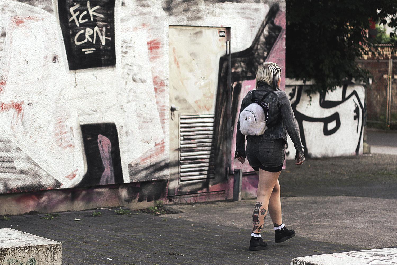 bluse, sterne, astrologie, disturbia, frau hansen, winkekatze, maneki neko, denim, jeansjacke, wir sind die toten, pins, patches, patchgame, pingame, natelledrawsstuff, creeper, shorts, spitze, primark, rucksack, fakefur, flokati, flausch, killstar, aurora, graue jeans, nina kastens