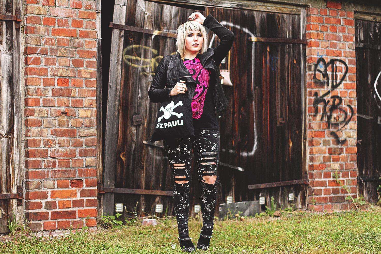 tripp nyc, asos, creepers, nieten, destroyed, used look, wir sind die toten, H&M, fledermaus, st pauli, schwarz, jeans, skinnyjeans,alternative, alternative fashion, alternative girl, alternative mode, altgirl, berlin, berlin fashion, berlin fashion blogger, berlin mode, berlin streetstyle, blogger, fashion blogger, girls with piercings, girls with tattoos, grunge, grunge fashion, grunge mode, mode, Punk, punk fashion, punk mode, punkgirl, punkmädchen, scenehair, snakebites, split hair, splithair, tattoomädchen, tattoomodel