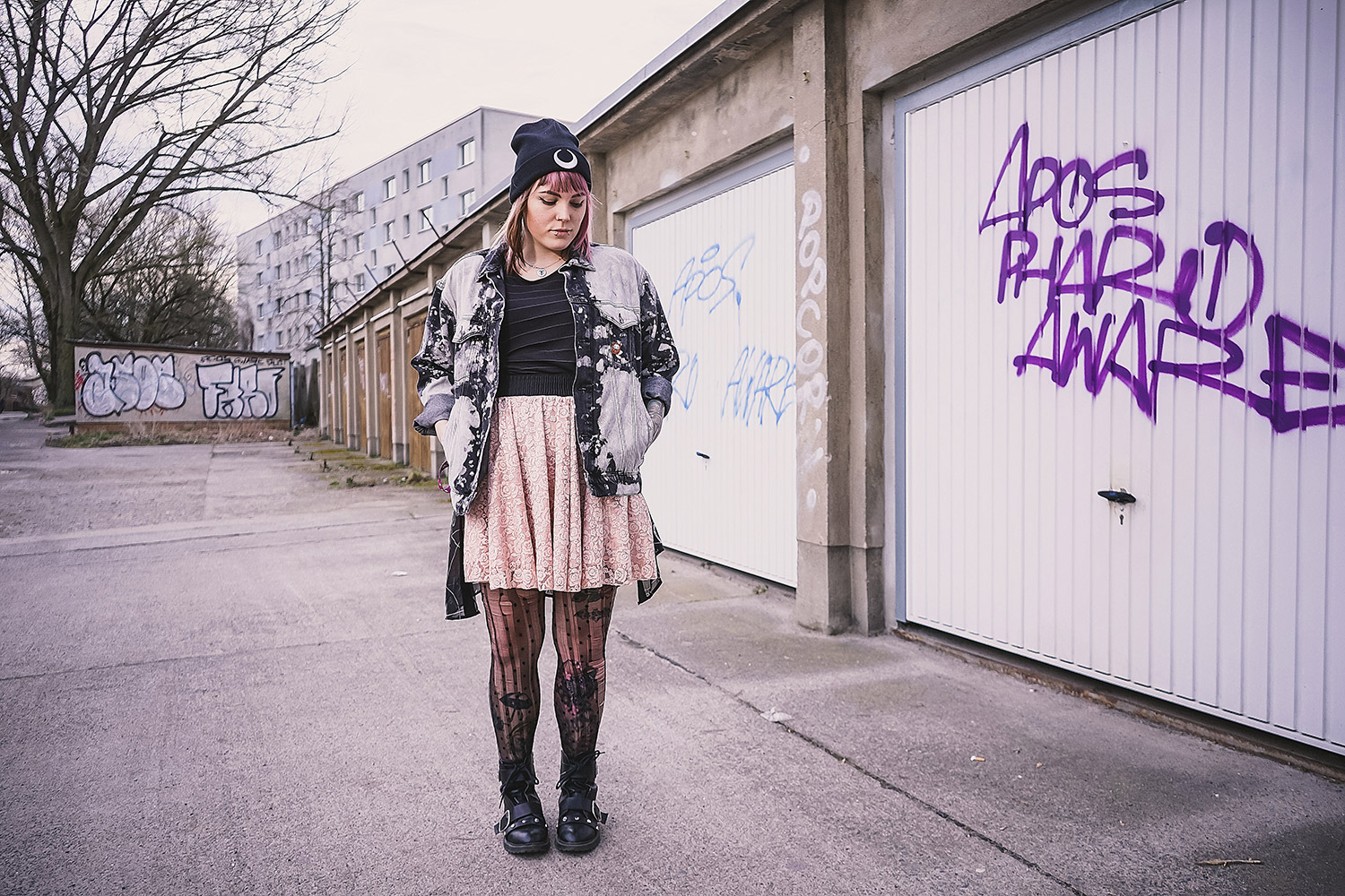 Strumpfhose, punkte, zerrissen, used, kimono, transparent, spitze, rock, Minirock, Spitzenrock, acid wash, Bleichflecken, bleiche, h&m, Jeansjacke, denim jacket, diy, luna beanie, Mütze, killstar, rosa haare, tattoos, evoli tattoo, pokemon tattoo, chris stockings, alternative, alternative fashion, alternative girl, alternative mode, altgirl, berlin, berlin fashion, berlin fashion blogger, berlin mode, berlin streetstyle, blogger, fashion blogger, girls with piercings, girls with tattoos, grunge, grunge fashion, grunge mode, mode, Punk, punk fashion, punk mode, punkgirl, punkmädchen, scenehair, snakebites, split hair, splithair, tattoomädchen, tattoomodel